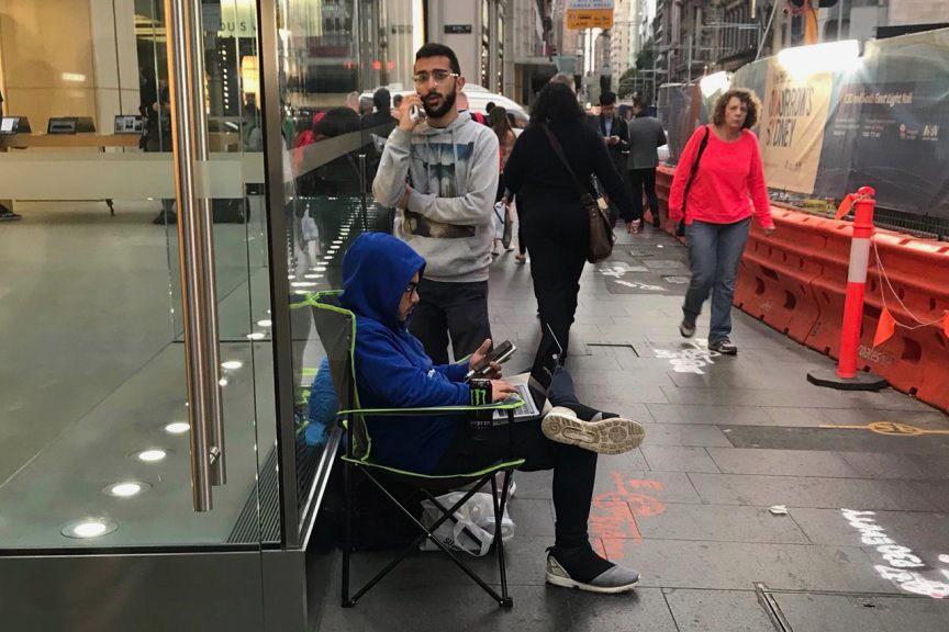 发布在即,果粉驻守苹果店门口等待购买iPhone X-烽巢网