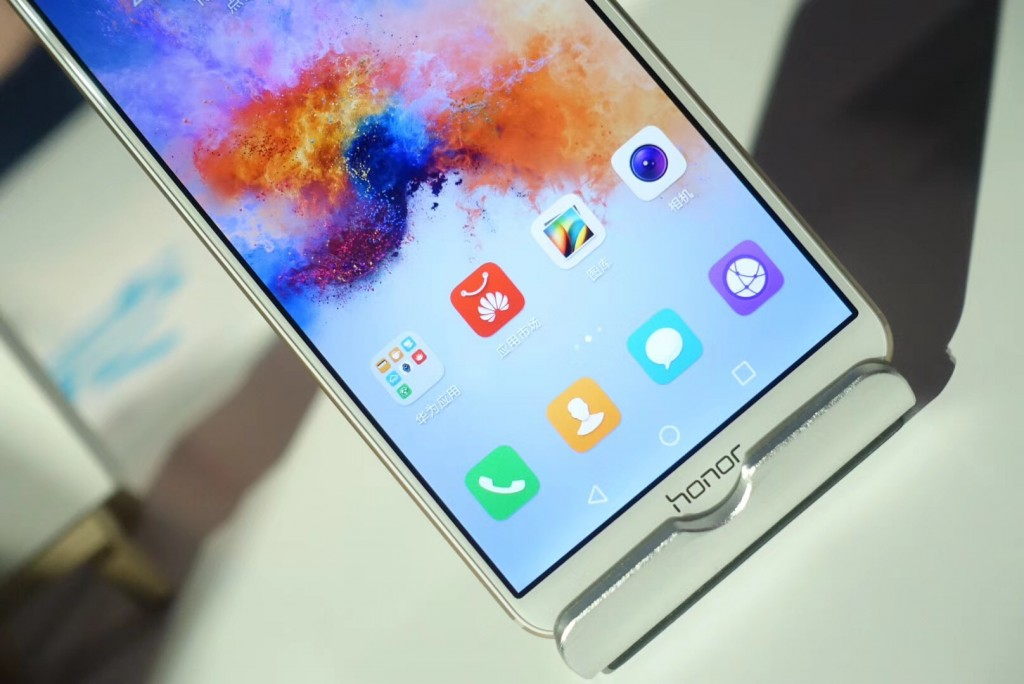 """荣耀发布了一款1299元的""""全面屏""""手机,不过你觉得它够""""全面""""吗-烽巢网"""